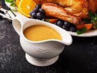 Сос грейви от пуешко месо, морков, лук, мащерка, масло и пилешки бульон